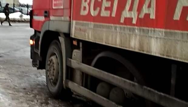 В Подольске женщина с коляской не смогла пройти к молочной кухне из‑за грузовика