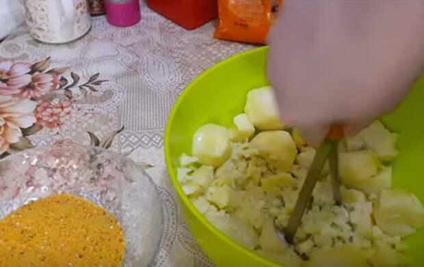 Картофель можно размять мялкой или пропустить через кухонный комбайн.