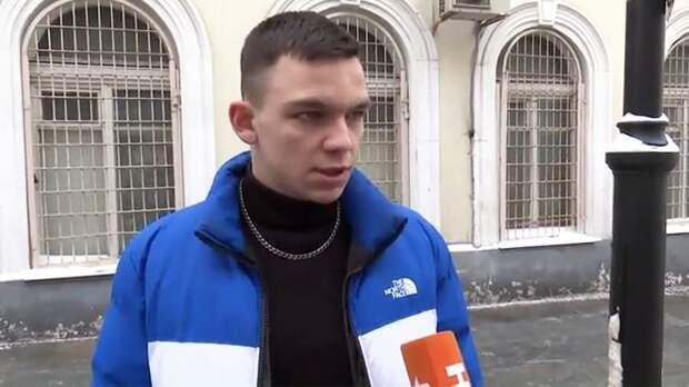 Теперь Егор Романов раскаивается. Нафиг мне нужен этот Навальный говорит, не делайте, говорит, как я, думайте своей головой.  (Яндекс. Картинки)