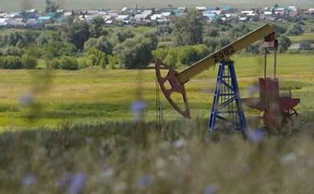 A pump jack is seen at the Ashalchinskoye oil field owned by Russia's oil producer Tatneft near Almetyevsk, in the Republic of Tatarstan, Russia, July 27, 2017. Picture taken July 27, 2017. REUTERS/Sergei Karpukhin