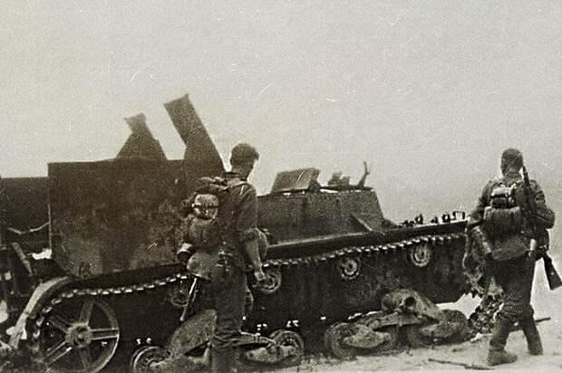 На фото - частично разрушенная СУ-5-2 и солдаты Вермахта не ее фоне военная техника, военное, история, много букв, танки, танки СССР, техника, факты
