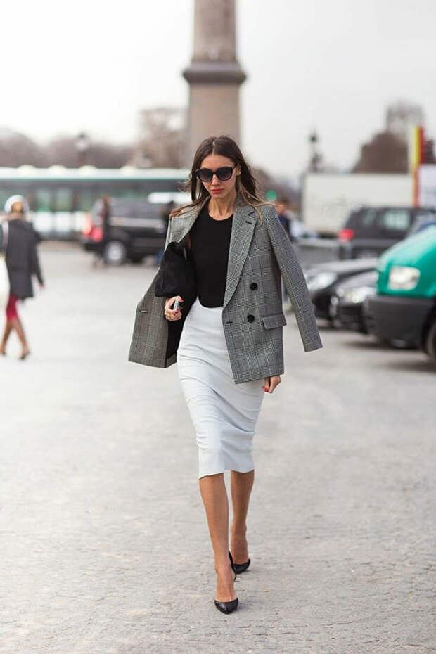 Облегающая юбка карандаш и свободный верх: эффектный образ для деловой женщины
