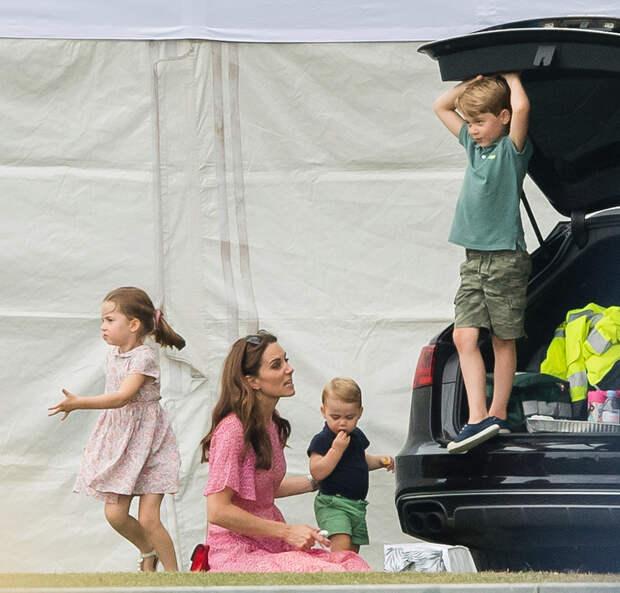 Кейт Миддлтон с детьми принцессой Шарлоттой, принцем Луи и принцем Джорджем