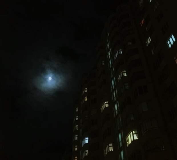 Фото дня: «голубая луна» на Рождественской
