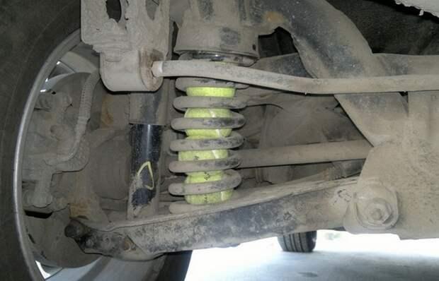 Вот для чего некоторые автомобилисты вставляют теннисные мячи в пружины