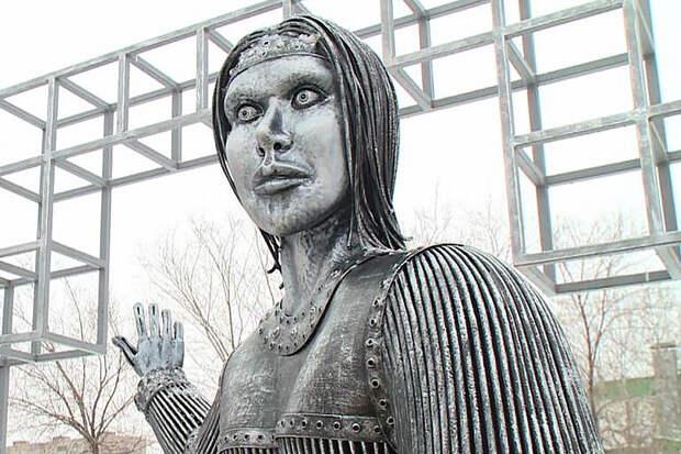 «Убогий» памятник Алёнке продали на аукционе за 2,6 млн рублей