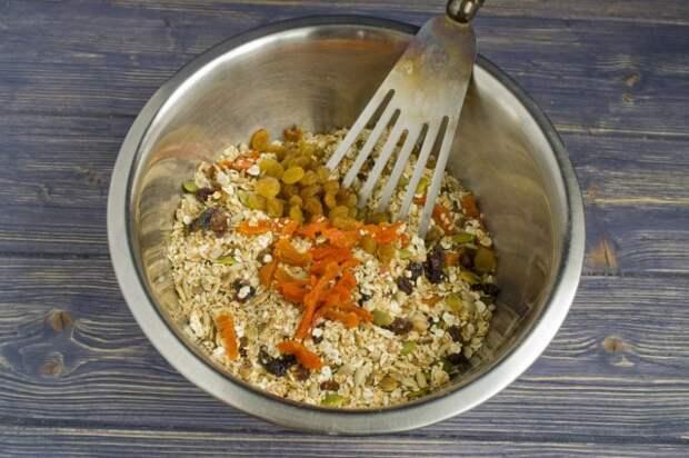 Добавляем обжаренные семена тыквы и нарезанную курагу с изюмом