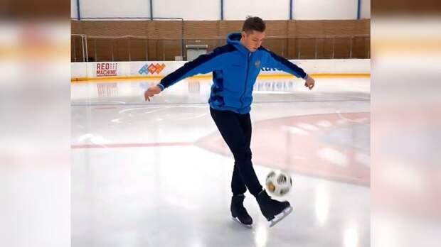 Фигурист Галлямов почеканил мяч на льду, стоя на коньках