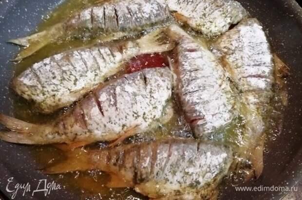 Жарим рыбу на растительном масле с двух сторон.