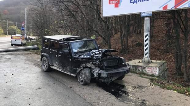 В Симферопольском районе машина снесла электрический столб