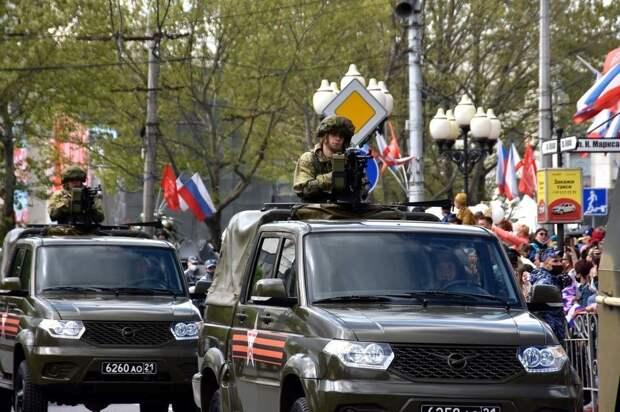 В Симферополе в параде Победы приняло участие больше тысячи человек