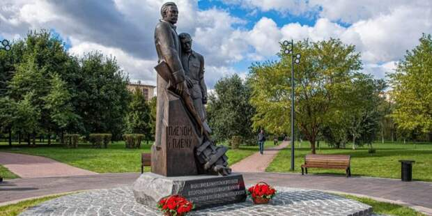 Собянин возложил цветы к памятнику «Плечом к плечу» в столичном парке «Акведук» Фото Д. Гришкина. Пресс-служба Мэра и Правительства Москвы