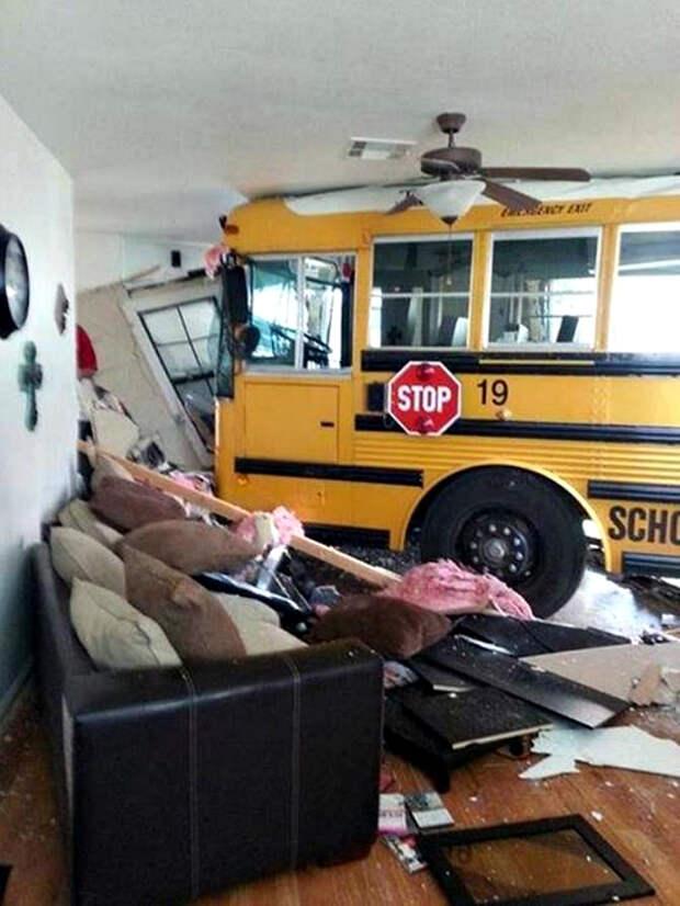 Школьный автобус приехал.