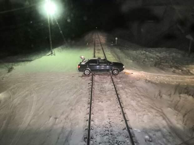 Повезло дурачку: попытка преодолеть железнодорожные пути по самодельному переезду авто, везение, железная дорога, железнодорожные пути, повезло, поезд, рельсы, слабоумие и отвага