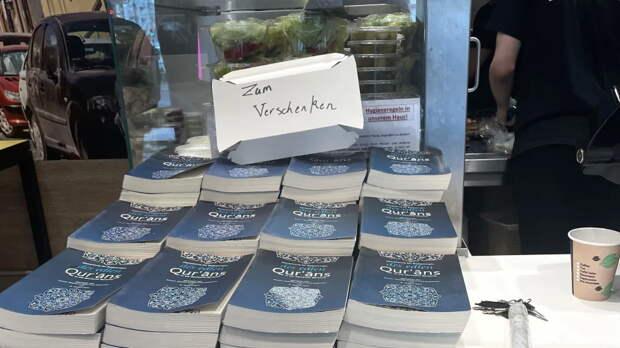 Странная акция в закусочных Берлина: купи еду и получи в подарок Коран