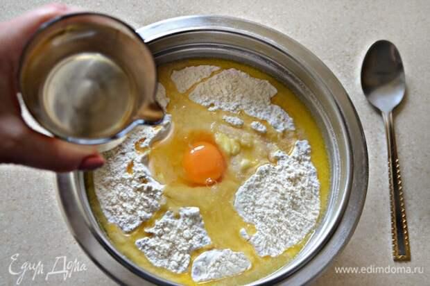 Просеять муку, добавить соль, яйцо, 50 г растопленного сливочного масла и теплую воду. Хорошо вымесить тесто. Оно должно быть однородным и достаточно плотным (при необходимости добавьте немного муки). Скатайте тесто в шар, накройте чистым полотенцем и оставьте при комнатной температуре отдохнуть (около 30 мин).
