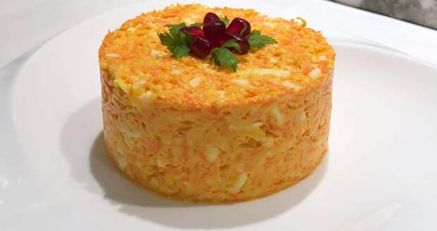Возьмите 2 сырые морковки и приготовьте вкусный праздничный салат