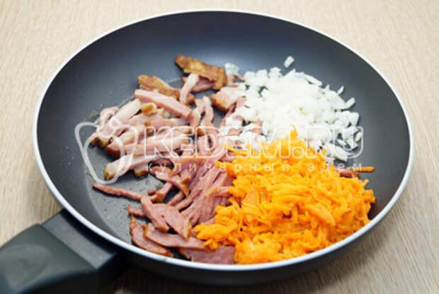 Добавить растительное масло, мелко нашинкованный лук и тертую морковь.