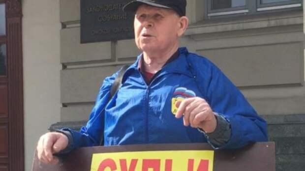 В Омске активиста-пенсионера увезли в отделение за нарушение режима изоляции