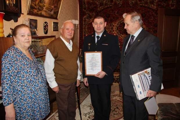 На севере Москвы полицейские поздравили ветерана с 90-летием