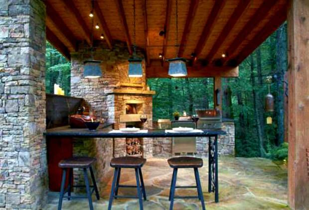 Большая каменная кухня с барной стойкой.   Фото: PistonCars.com.