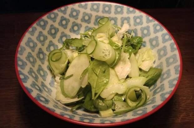 Зеленый салат с яблоком