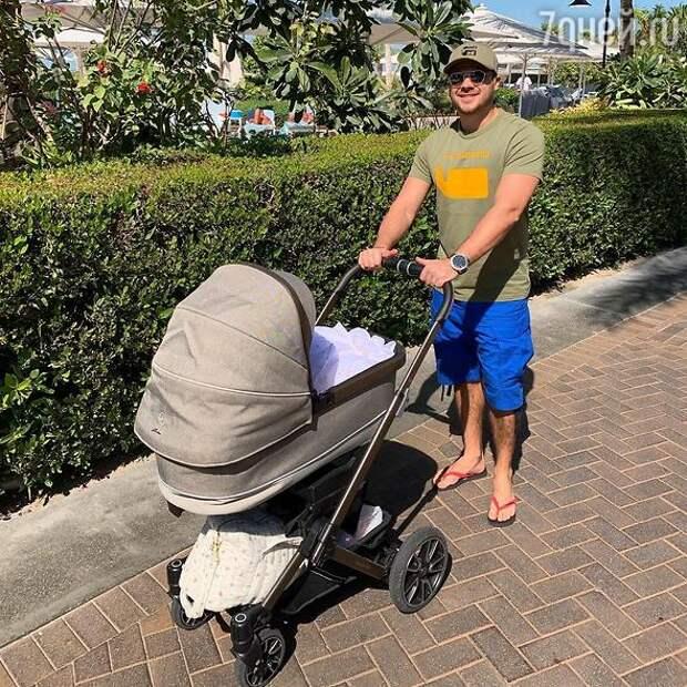 Эмин Агаларов увез новорожденную дочку в первое путешествие