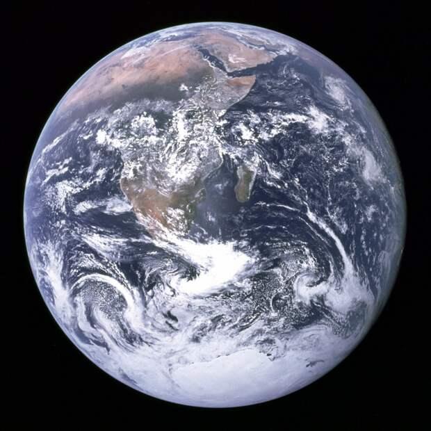 Наша планета выглядит как блестящий голубой мрамор, завернутый в тонкую, почти невидимую газовую пелену.  земля, космос, красота