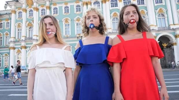 В Петербурге провели акцию «против цензуры» в YouTube, Twitter и Facebook. Ее организовала девушка, обливавшая мужчин с широко раздвинутыми ногами в метро