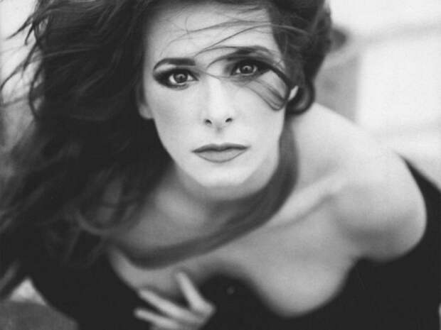 Французская певица, актриса и поэтесса.