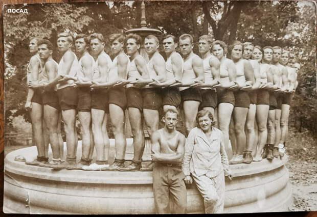 """Фото из семейного архива. 30-е годы. Советские офицеры (ах, пардон, красные командиры) с супругами в доме отдыха комсостава. Физкультурная """"форма"""" в виде """"семейных"""" сатиновых трусов и маек-алкоголичек очень тяжело приживалась, особенно в женской среде. А командирских жён можно было """"обнажить"""" в приказном порядке. Все стройные и подтянутые, приятно смотреть! На этой фотографии есть и мои дед и бабушка. Молодые и счастливые."""