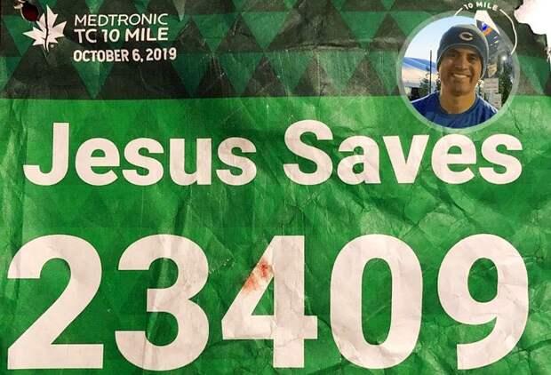 Марафонец вманишке «Иисус спасет» перенес приступ надистанции. Его откачал бегун поимени Хесус
