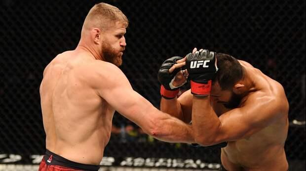 Поляк Блахович сломал сопернику нос и стал новым чемпионом UFC. До него в полутяжах 9 лет правили Джонс и Кормье