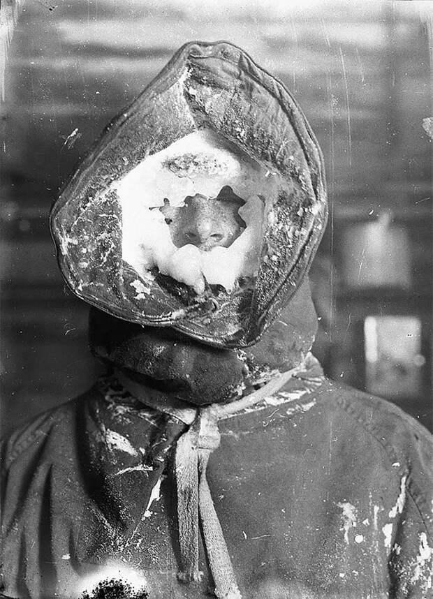 Метеоролог Мадиган после снятия показаний приборов, приблизительно 1912 год Австралийская антарктическая экспедиция, антарктида, исследование, мир, путешествие, фотография, экспедиция