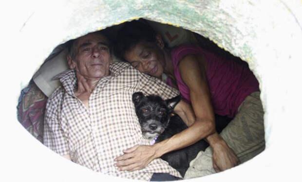 Муж и жена 22 года живут в канализации: один из самых необычных домов