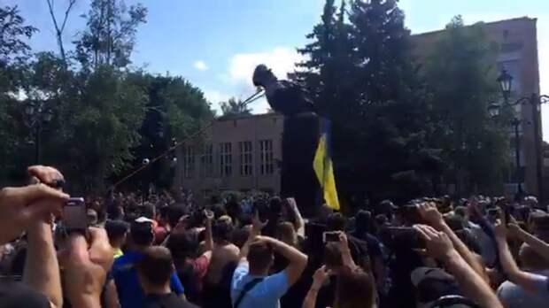 Националисты в Харькове снесли бюст маршала Жукова