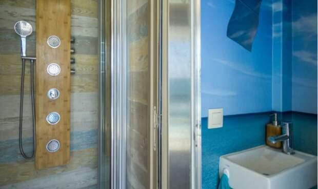 В двухэтажном отеле на колесах удалось организовать даже полноценные душевую и санузел (Truck Surf Hotel).