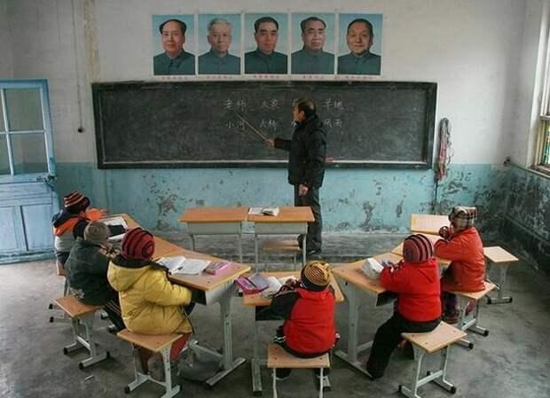 Обратите внимание на то, что в школьном классе китайской школы очень холодно. Неужели родители этих детей, зарабатывающие по 900 долларов, не могут скинуться хотя бы на дешевый обогреватель? А ремонтик косметический сделать тоже денег не хватает?