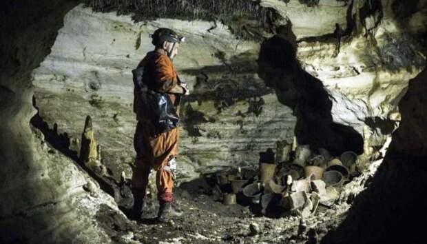 Археолог Гильермо де Анда стоит рядом с доколумбовыми артефактами в пещере на развалинах цивилизации майя в Чичен-Ице. \ Фото: learningenglish.voanews.com.