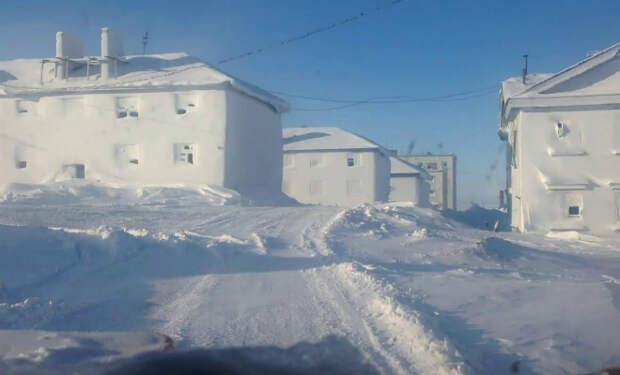 Въезд в Диксон глазами приезжего. Большую часть года город находится под снегом
