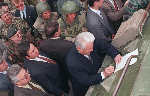 Президент России Борис Ельцин, подписывает указ на бронетранспортере, 28 мая 1996 года /AP