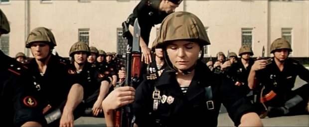 Это был еще один неожиданный ход -- добавить в мужские игры женщину. Причем не просто женщину, а амазонку в черном. Сомневаюсь, что женщины служили в советской морской пехоте...