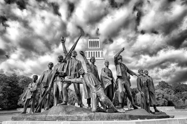 Памятник узникам Бухенвальда, скульптор Фриц Кремер, 1958 г.