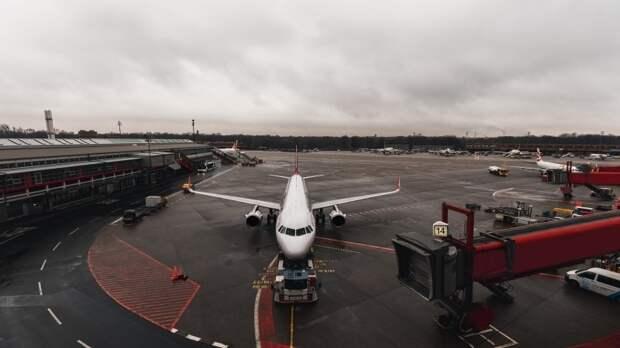 Грузовой самолет совершил экстренную посадку в Осаке из-за неисправности