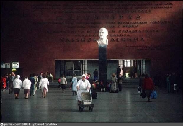 Последние деньки Ленина на Московском вокзале в Питере. В 1993 году его заменили на Петра I. история, факты, фото