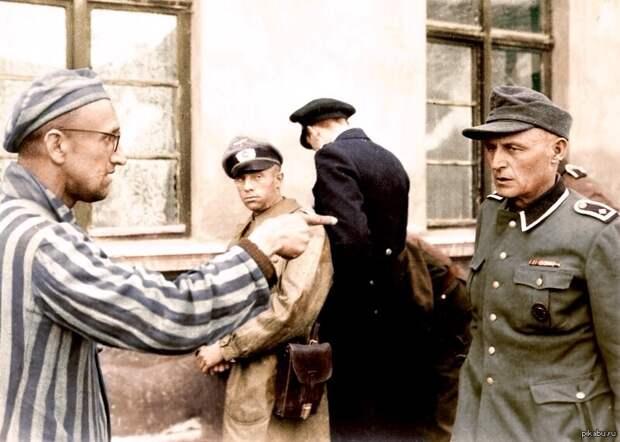 Бывший узник лагеря указывает на одного из наиболее жестоких надзирателей.