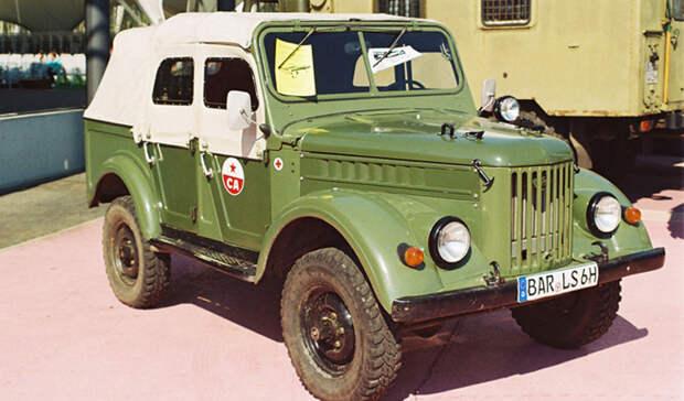 ГАЗ-69. Он же «козёл» Вскоре после войны начались изыскания, посвященные новой модели внедорожника, призванной заменить надежный, но устаревший ГАЗ-67. Первые опытные модели были выпущены ещё в 1948 году, а серийное производство ГАЗ-69 началось в 1953, на заводе ГАЗа в Ульяновске, ранее занимавшимся выпуском легендарных «полуторок». С самого начала «козел» стал выходить в двух модификациях. Первая имела две двери и кузов на восемь мест, а вторая, выходившая под названием ГАЗ-69А, имела пять дверей и пять посадочных мест. Силовой агрегат мощностью 50 ло-шадиных сил был позаимствован у только что освоенной «Победы». Правда, по тяговитости он немного уступал мотору Ивана-Виллиса, но в условиях мирного времени на это никто не обращал внимания. Автомобиль активно импортировался во все страны мира. В Румынии и в Китае он даже самостоятельно производился местными заводами, правда, без лицензии и под местным брендом. Особую популярность ГАЗ-б9 приобрел в жарких странах Африки и Латинской Америки. «Тропическое» исполнение внедорожника снискало нежную любовь военных, плантаторов и рабовладельцев из стран третьего мира. До сих пор по дождевым лесам ездят русские «козлы», хотя и несколько видоизмененные стараниями местных умельцев.