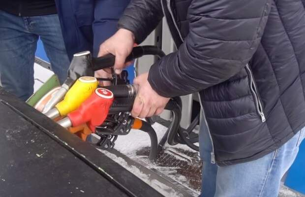 Что будет, если заправить автомобиль сразу всеми видами топлива, которые есть на АЗС? (видеоэксперимент)