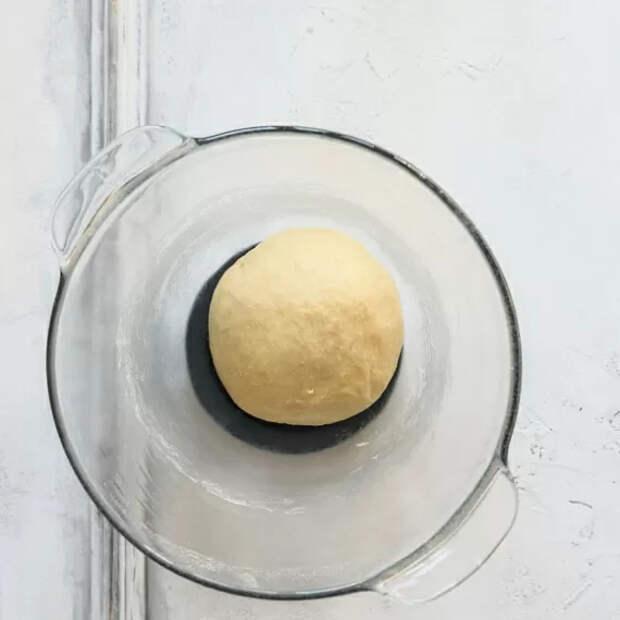 Придаем массе форму шара, кладем в кастрюлю, накрываем крышкой или пленкой, оставляем на 60 минут. Для ускорения процесса поднятия опары можно поместить ее в духовку с режимом на 40 градусов.