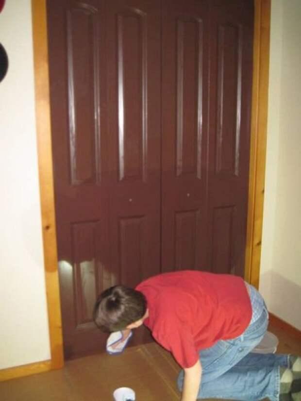 Необычное декорирование обычной двери своими руками